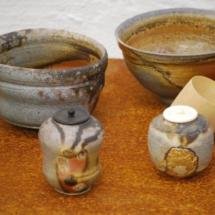 Zwei Teeschalen und zwei Teedosen
