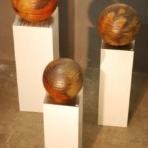Drei große gebaute Kugeln von Carola Krüger