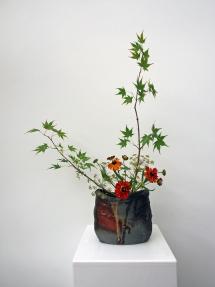 Vase 2017 mit Ikebana von Antje Klatt