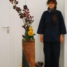 Großes gebautes Gefäß von Carola Krüger 2017 mit Ikebana von Sabine Gölzner